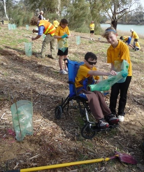 Mildura West Primary School gets planting © Marion Vorwerk