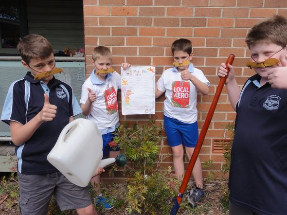 Planting at Blaxland Primary School! © Robyn Connors